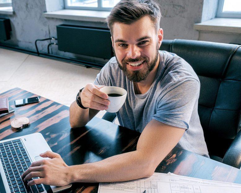 Uống cà phê, ăn nhiều rau có thể giảm 10% nguy cơ mắc COVID-19 - 1