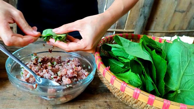 Thịt băm bọc thứ lá tưởng chỉ dùng để ăn quả này được món ăn độc lạ lại vô cùng hao cơm - 5