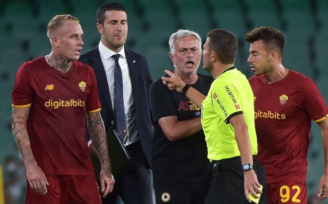 HLV Mourinho bị đuổi, Roma thảm bại sốc trong trận cầu 7 bàn, 6 thẻ đỏ - 1