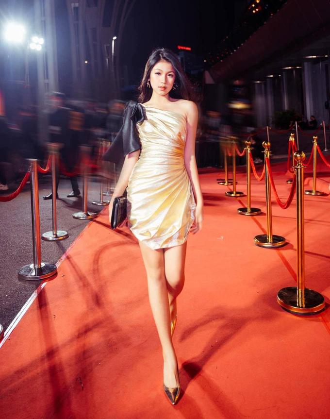 """Ái nữ nhà sao Việt """"trổ giò"""" xinh như Hoa hậu, chiều cao ấn tượng ở tuổi dậy thì - 9"""