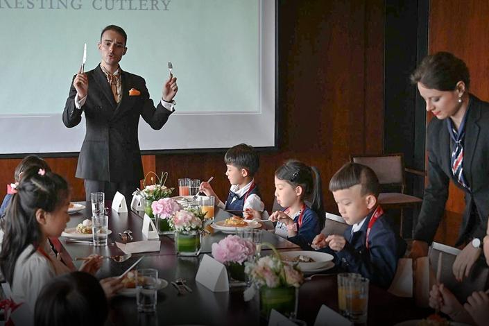 Giới nhà giàu Trung Quốc cho con học chơi golf, tập làm CEO và cư xử như quý tộc - 3