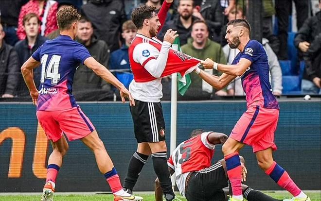 SAO Atletico chơi xấu đánh đối thủ đổ máu, HLV Simeone nổi điên lao vào sân - 1