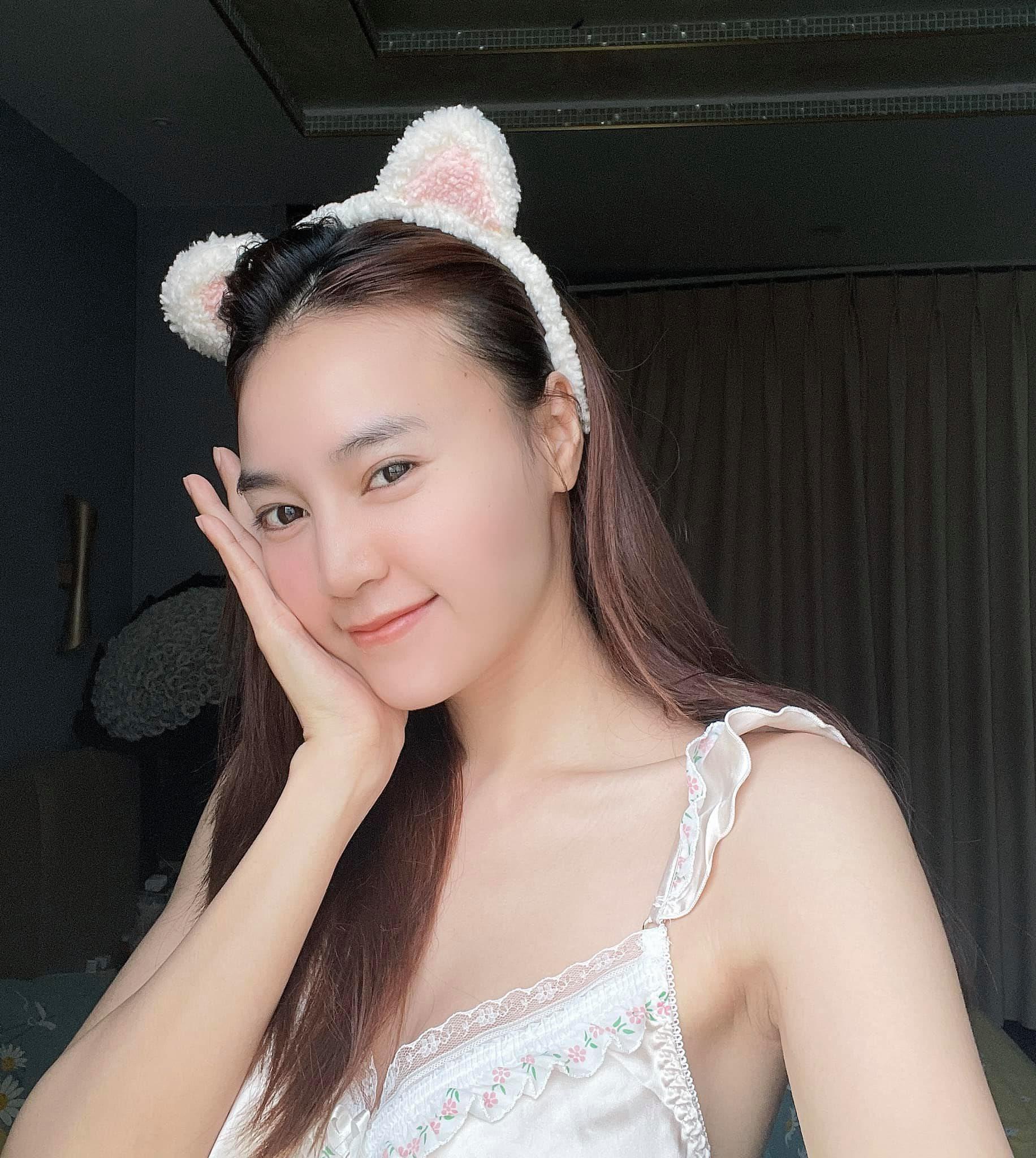 Ninh Dương Lan Ngọc diện váy ngủ lấp ló vòng 1 khiến fan thót tim - 4