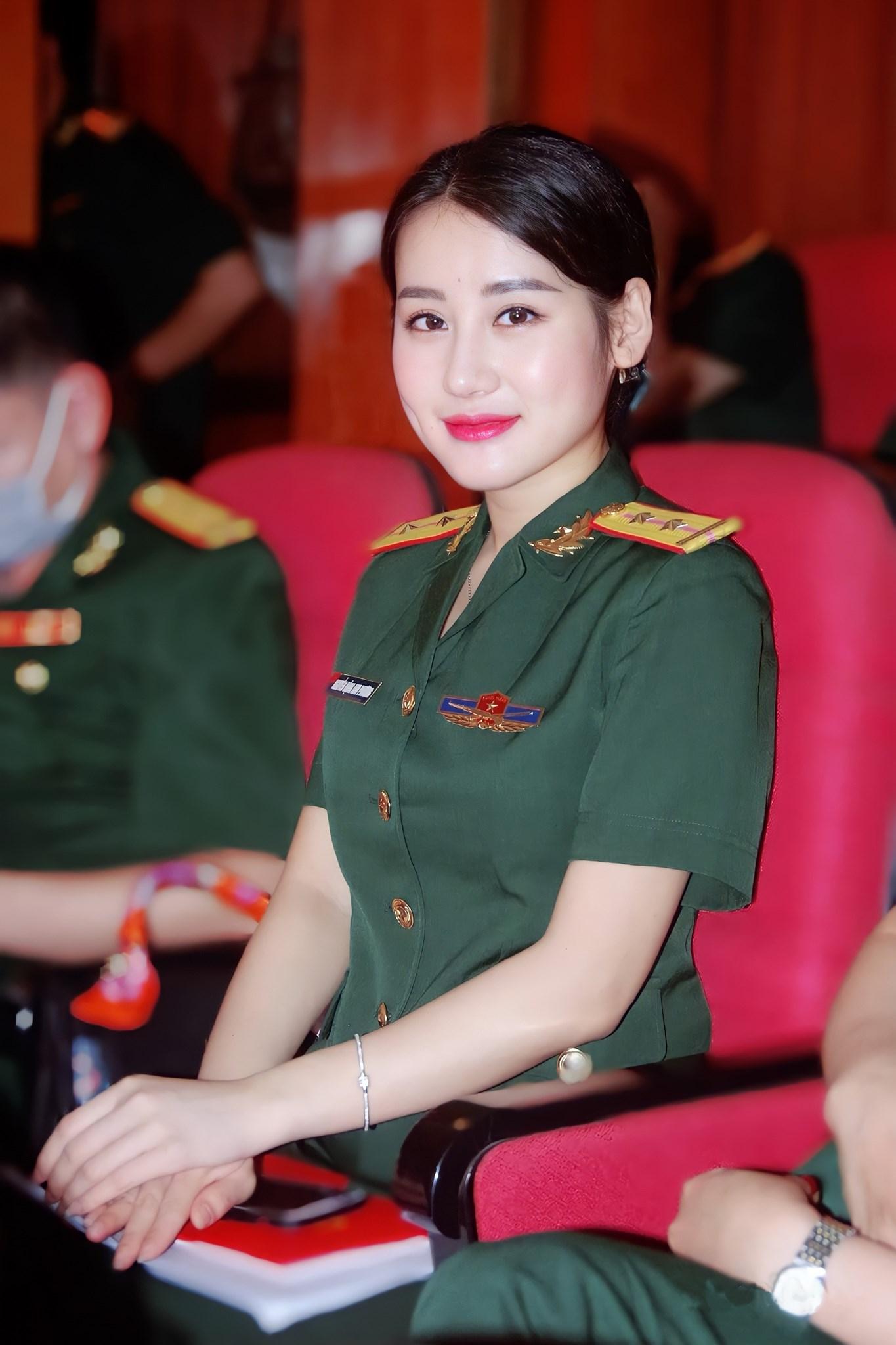 """Nữ quân nhân Việt xinh đẹp như hoa hậu, giữ dáng nhờ """"kỷ luật thép"""" - 8"""