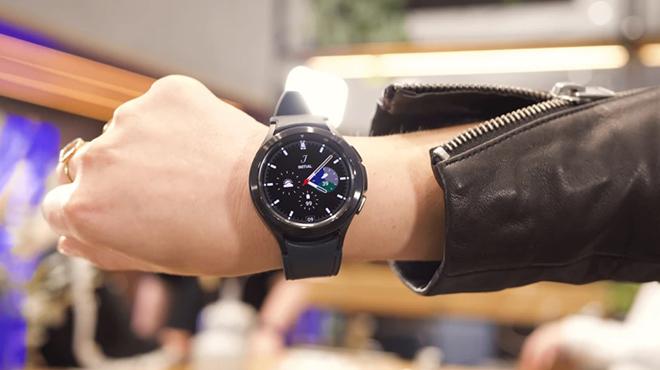 """Cận cảnh Galaxy Watch 4 Classic cao cấp: Siêu đẹp, siêu """"ngầu"""" - 1"""