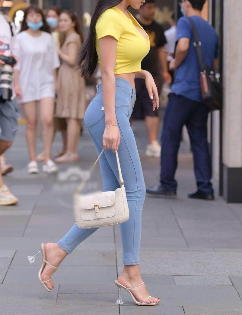 """Mặc quần như vẽ lên thân, chân dài nổi bật giữa đám đông nhờ chi tiết """"hút mắt"""" - 4"""