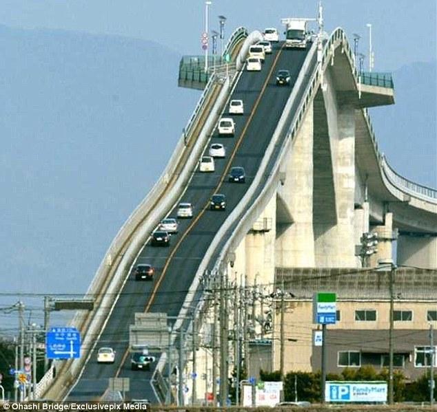 """Đằng sau cây cầu """"dựng đứng như vách núi"""" ở Nhật Bản - 2"""