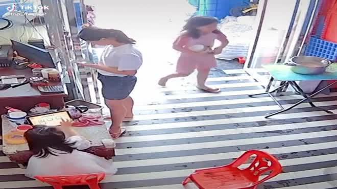 Vung chân hất thẳng dép vào nồi canh, bé gái có pha xử lý khiến dân mạng lo thay cho cả nhà