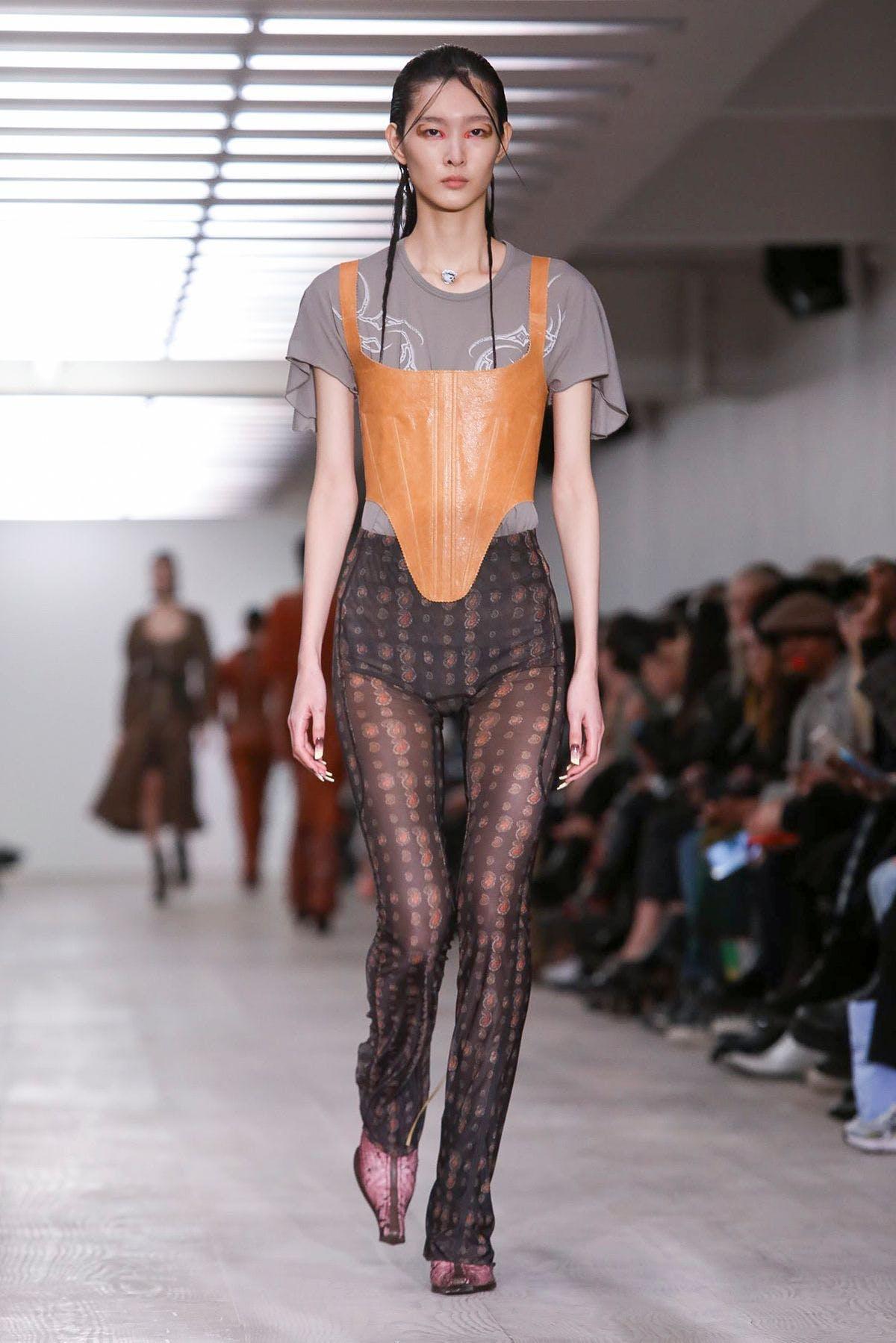 Nhìn lại sự phát triển của phong cách khoe áo bra - 10