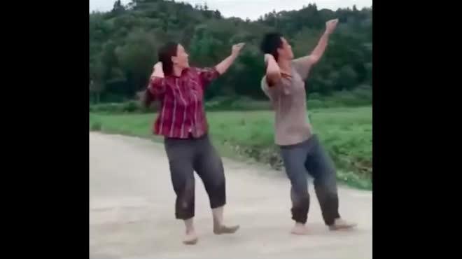 """Vợ chồng nông dân gây """"bão mạng"""" với clip nhảy như vũ công chuyên nghiệp"""