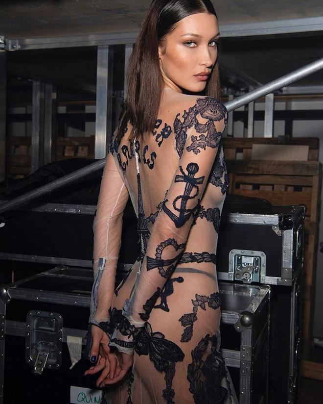 Những bộ đồ ít ai dám mặc của Bella Hadid - 5