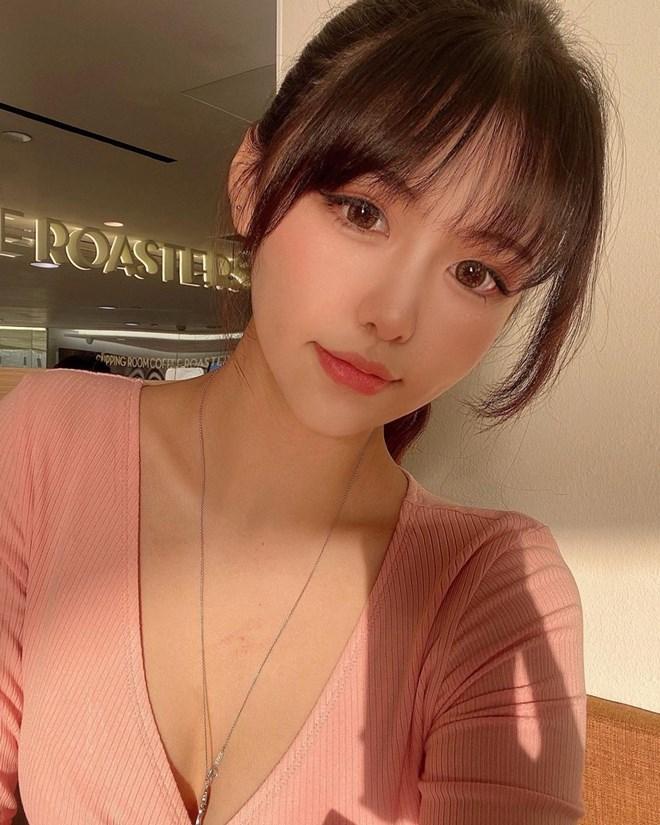Vẻ mơn mởn của thí sinh Hoa hậu 17 tuổi vướng nghi vấn hẹn hò Châu Tinh Trì - 21