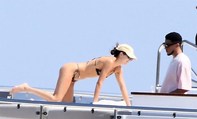 Kendal Jenner khoe dáng với áo bơi dây trên du thuyền - 1