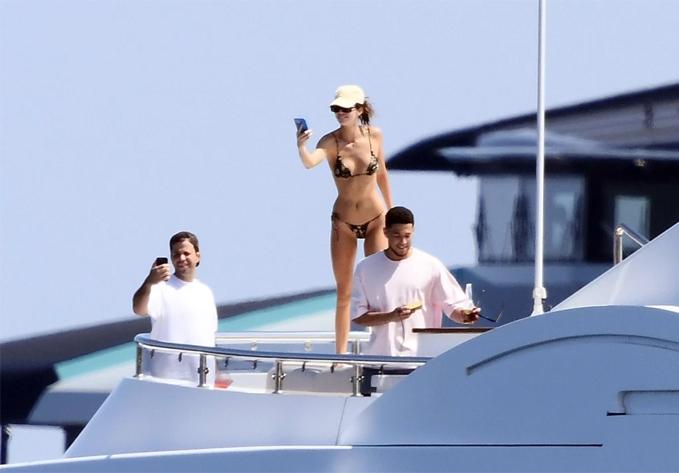 Kendal Jenner khoe dáng với áo bơi dây trên du thuyền - 6