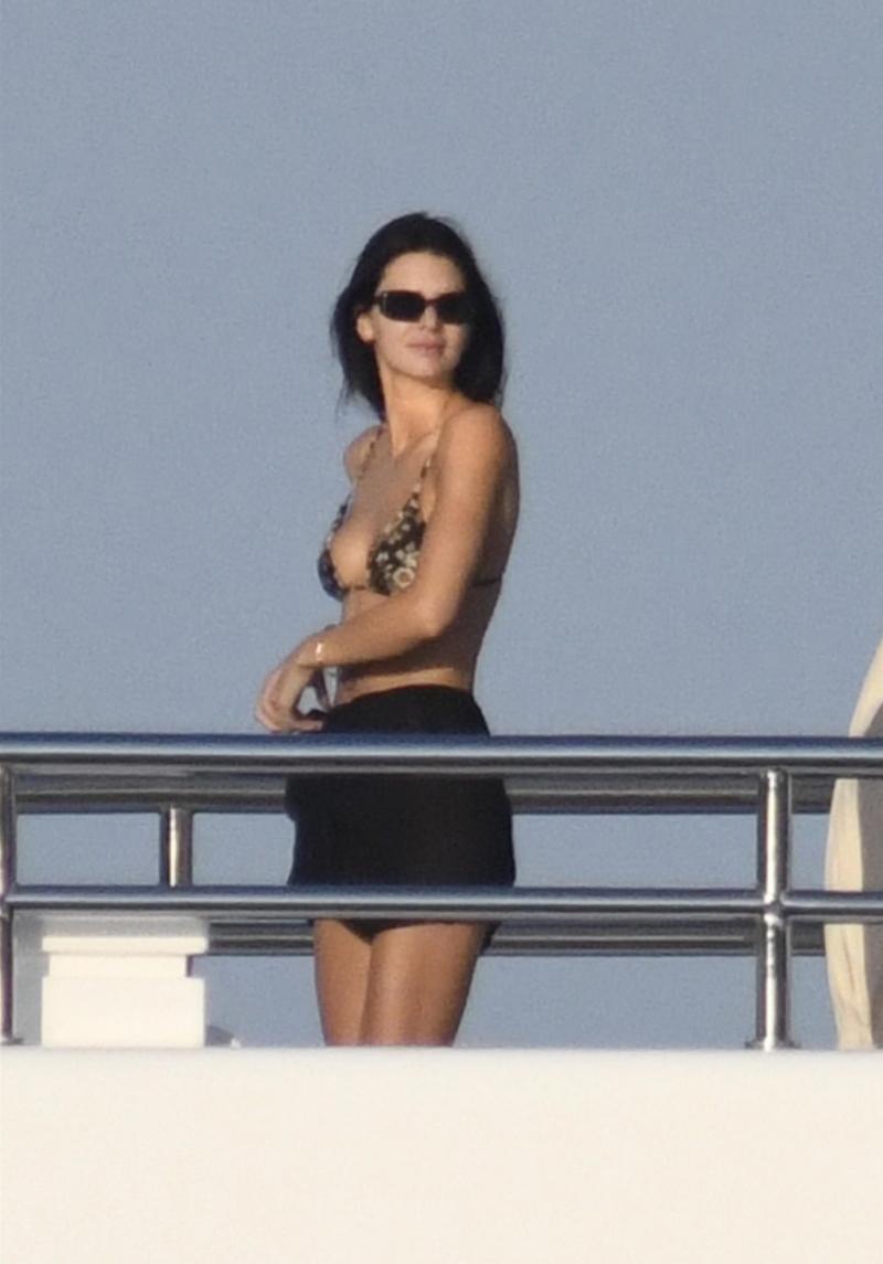 Kendal Jenner khoe dáng với áo bơi dây trên du thuyền - 7