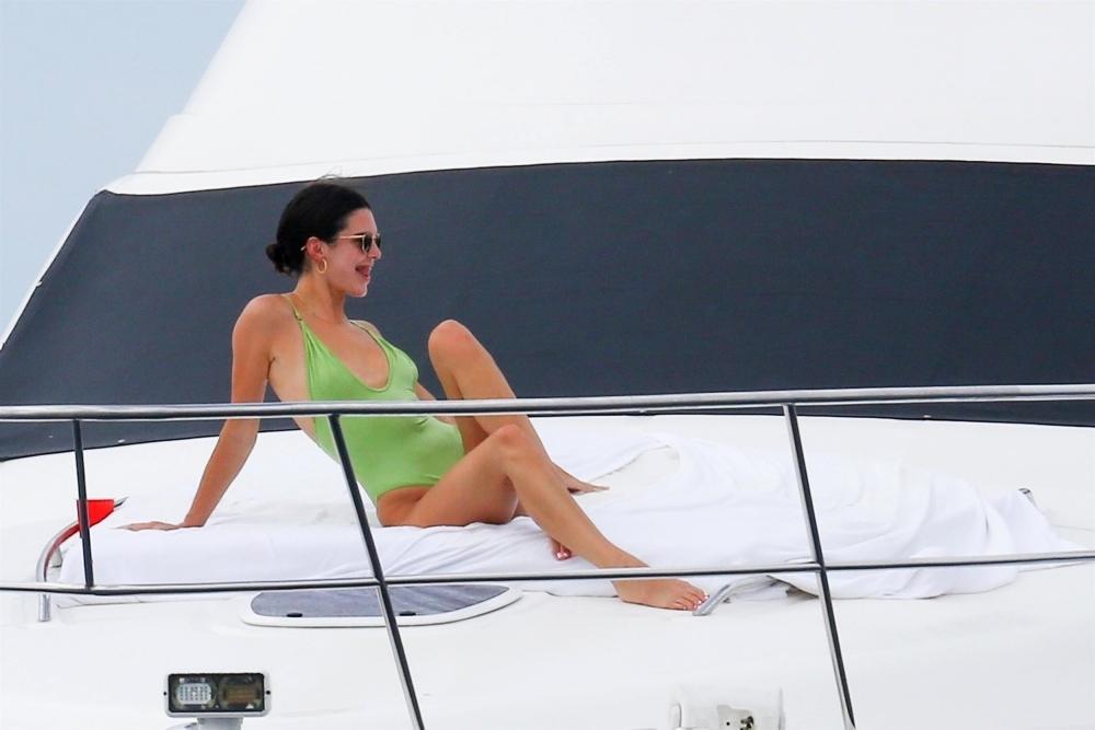 Kendal Jenner khoe dáng với áo bơi dây trên du thuyền - 16