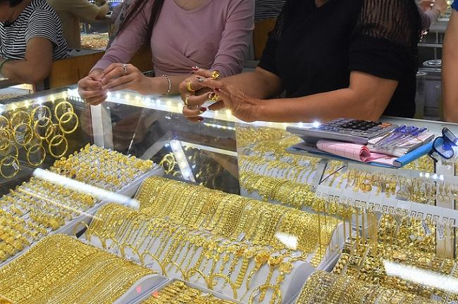 Giá vàng hôm nay 24/8: Lội ngược dòng, vàng tăng vọt, nhà đầu tư thở phào - 1