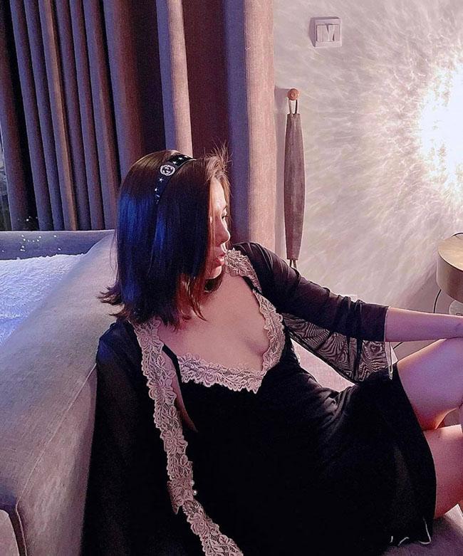 """Lệ Quyên chăm chỉ mặc váy ngủ """"không phòng hộ"""" khoe thềm ngực đẹp tuổi 40 - 1"""