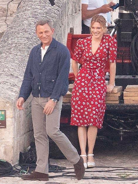 Bond girl hút hồn với chiếc váy hoa đơn giản - 2