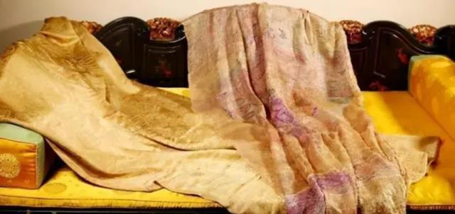 Mua áo cà sa phát hiện dị vật bên trong, ai ngờ là kho báu bạc tỷ - 4