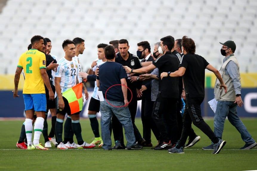 Sốc nhân viên y tế Brazil mang súng vào sân, báo chí bêu rếu 4 SAO Argentina - 2