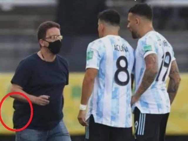 Sốc nhân viên y tế Brazil mang súng vào sân, báo chí bêu rếu 4 SAO Argentina - 1