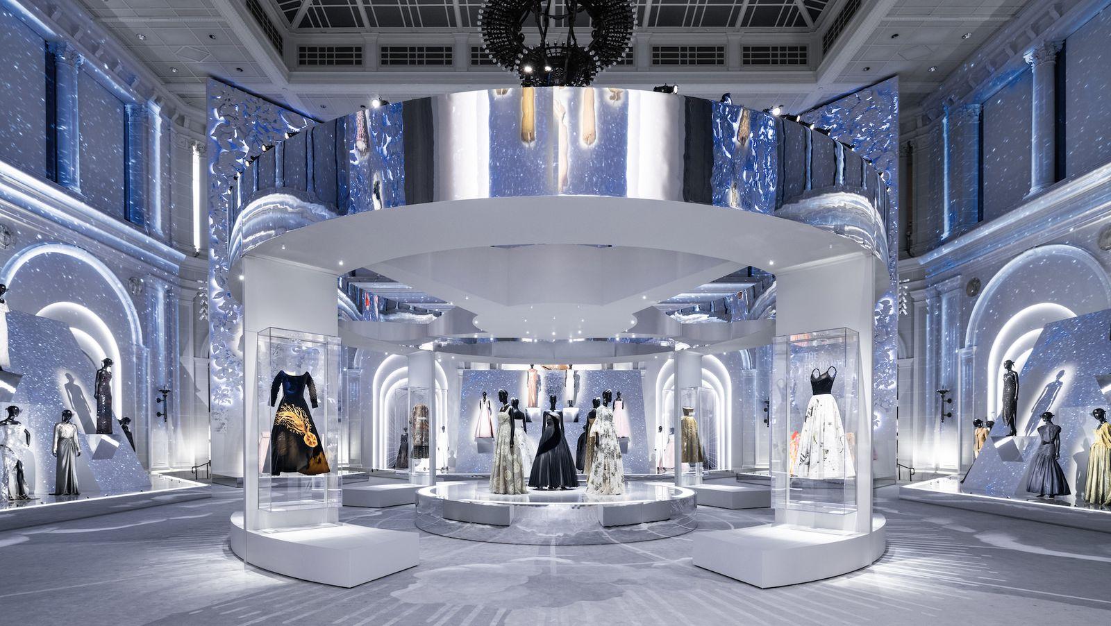 """Những """"thiết kế giấc mơ"""" của Dior được trưng bày lộng lẫy trước công chúng - 1"""