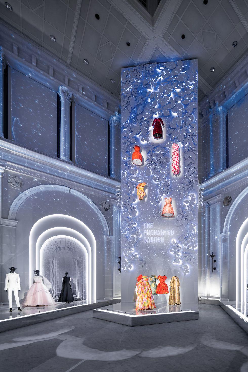 """Những """"thiết kế giấc mơ"""" của Dior được trưng bày lộng lẫy trước công chúng - 4"""