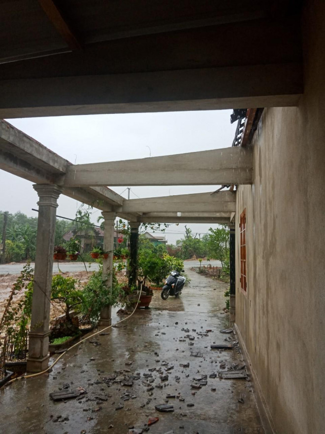 Bão số 5 chưa đổ bộ, nhiều nhà ở Thừa Thiên - Huế đã tốc mái - 1