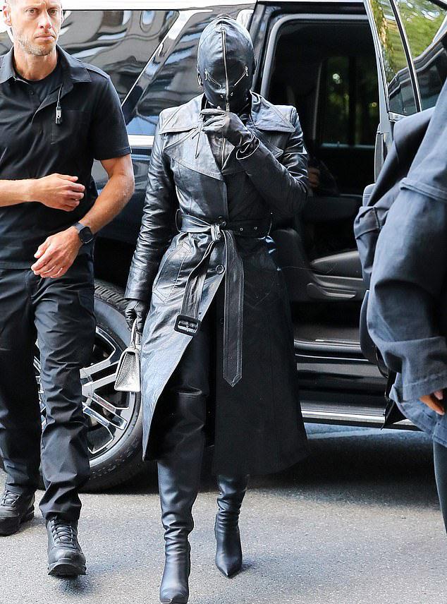 """Kim Kardashian chuộng trang phục kín mít toàn thân, bị ví như """"túi đựng rác"""" - 1"""
