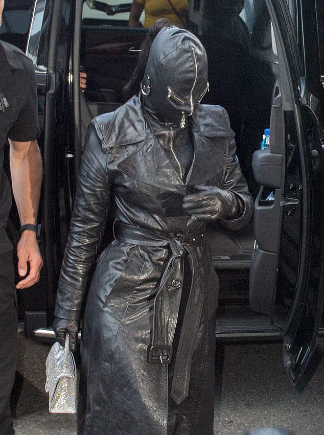 """Kim Kardashian chuộng trang phục kín mít toàn thân, bị ví như """"túi đựng rác"""" - 2"""