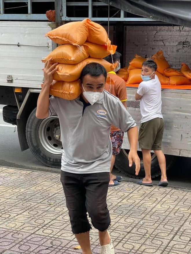 """Quyền Linh phản ứng bất ngờ khi bị trách """"4 tháng trôi qua, 1000 đồng cũng không có"""" - 4"""