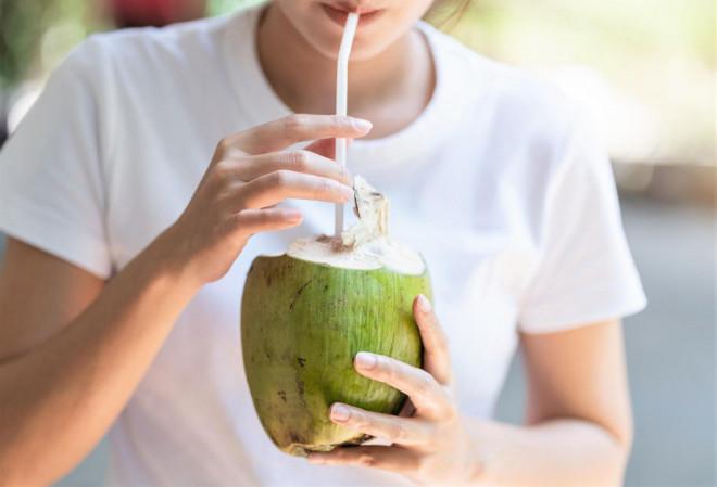 Nước dừa tốt cho sức khỏe, nhưng uống nước dừa sau tiêm vắc-xin phòng COVID-19 cách này lại có hại - 1