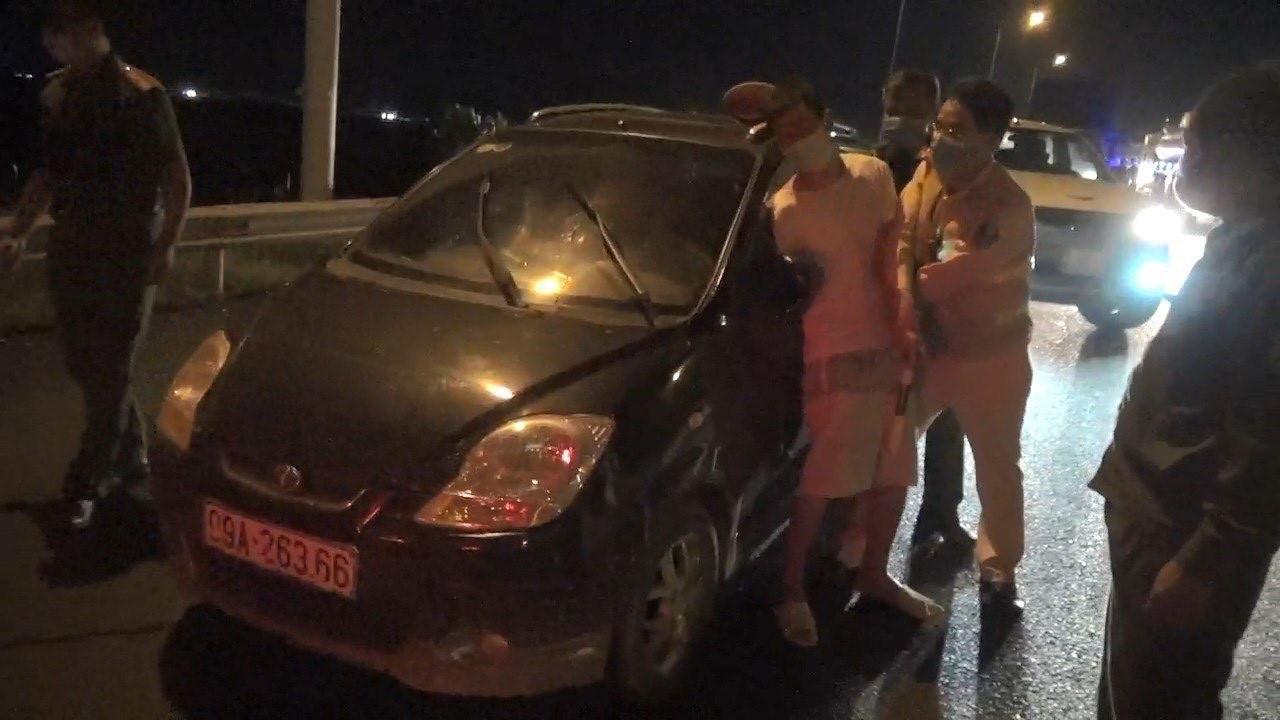 Clip: Cảnh sát vây bắt tài xế trốn cách ly, chống người thi hành công vụ - 1