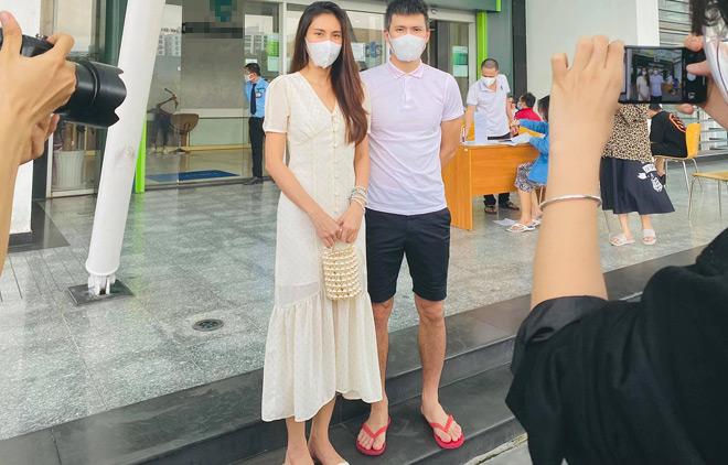 Công Vinh, Thủy Tiên livestream 18.000 trang sao kê hơn 181 tỷ từ thiện miền Trung - 1