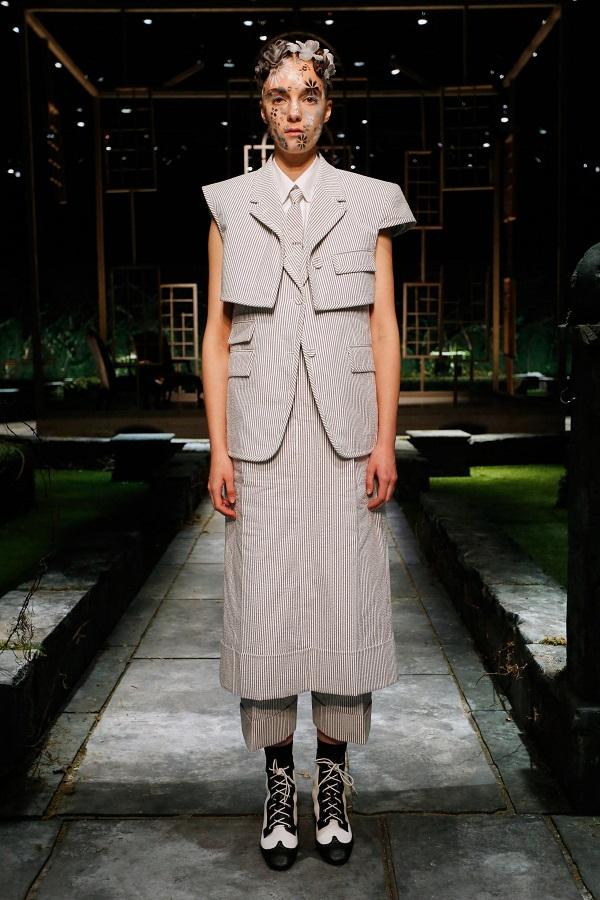 Váy bên ngoài quần: Xu hướng Y2K nổi bật mùa này - 1