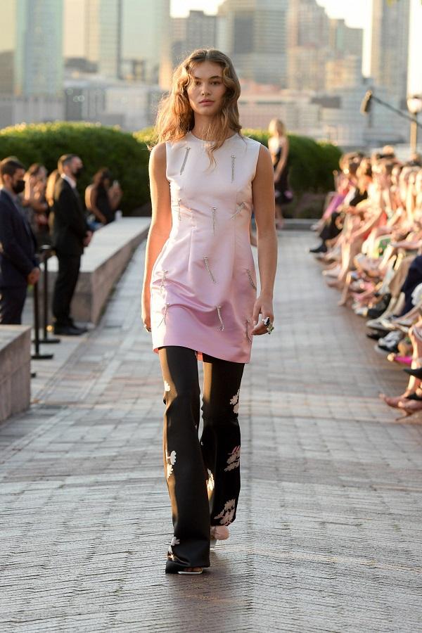 Váy bên ngoài quần: Xu hướng Y2K nổi bật mùa này - 3