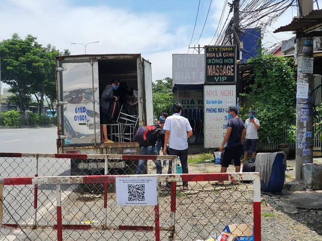 """Phát hiện 6 người trong thùng xe tải """"luồng xanh"""" trên Quốc lộ 1 - 2"""