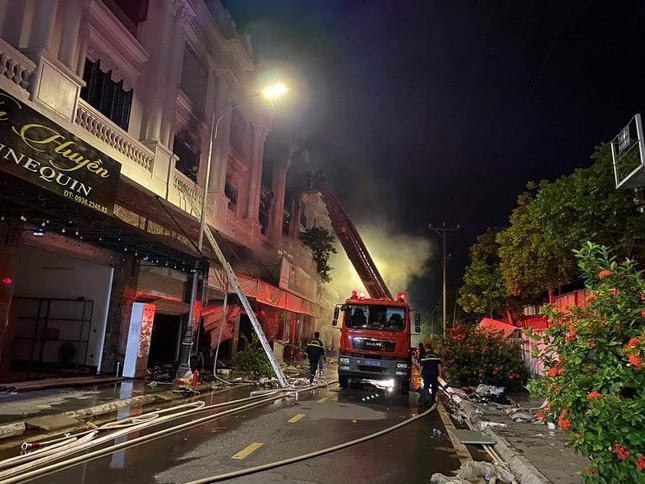 Vụ cháy shop quần áo ở Ninh Hiệp: 4 căn liền kề bị cháy trụi - 2