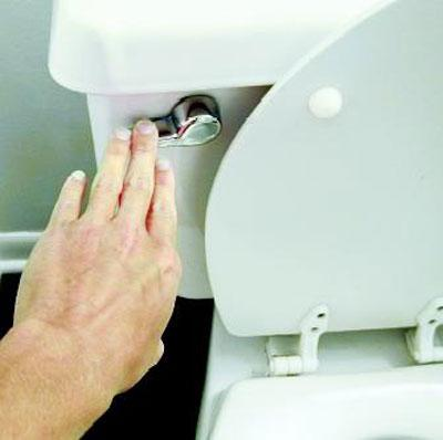 Cần vệ sinh thường xuyên chỗ đặc biệt này của bồn cầu nếu không muốn gây hại tới sức khỏe - 1