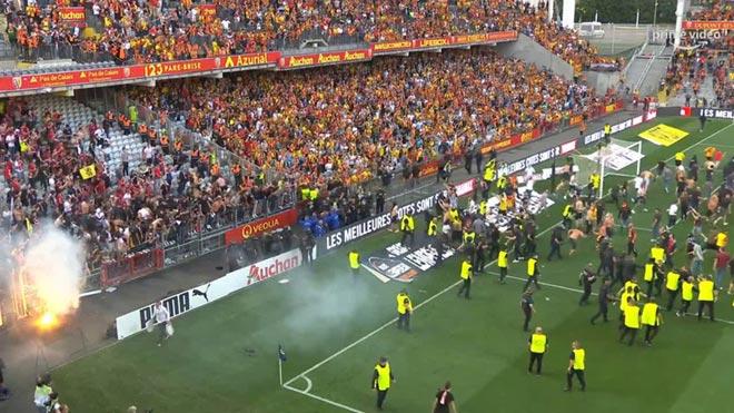 Biến căng giải Ligue 1 Messi thi đấu: CĐV tràn xuống sân làm loạn, đối đầu cảnh sát - 2