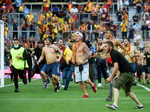 Biến căng giải Ligue 1 Messi thi đấu: CĐV tràn xuống sân làm loạn, đối đầu cảnh sát - 1