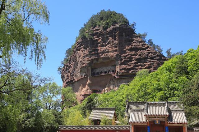 Choáng với hang động hàng nghìn năm tuổi được điêu khắc vào vách núi - 2