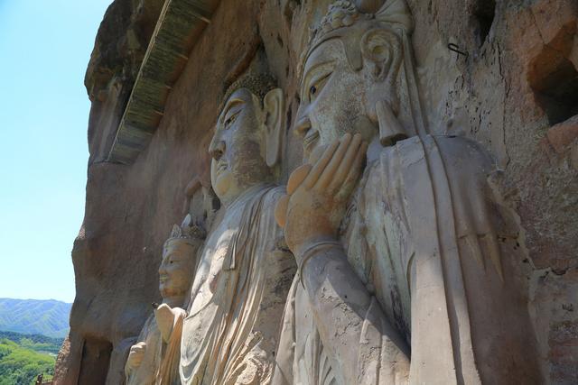 Choáng với hang động hàng nghìn năm tuổi được điêu khắc vào vách núi - 4