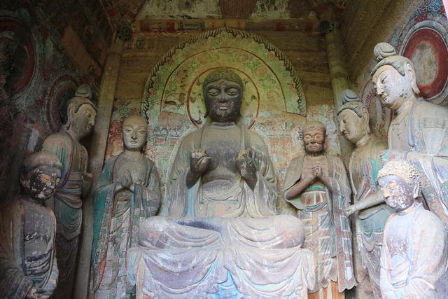 Choáng với hang động hàng nghìn năm tuổi được điêu khắc vào vách núi - 5