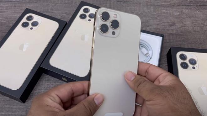 HOT: Video đập hộp đầu tiên của iPhone 13 Pro Max vàng - 3