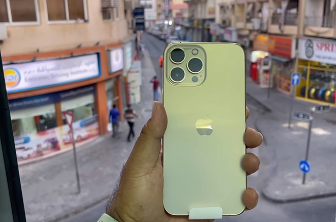 HOT: Video đập hộp đầu tiên của iPhone 13 Pro Max vàng - 1