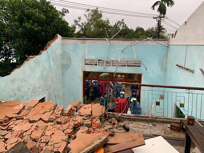 Quảng Ngãi: Lốc xoáy tốc mái, làm hư hỏng hàng loạt nhà dân - 1