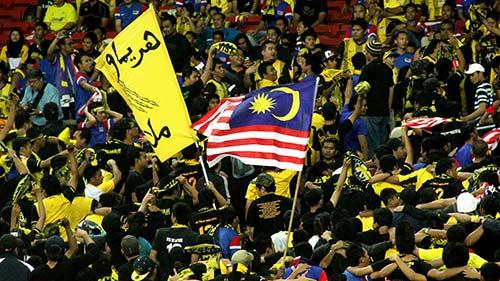 3 nghi phạm đánh fan VN đầu thú, 500 CĐV Malaysia đến Mỹ Đình