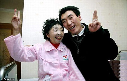 Hạnh phúc của cặp đôi chồng kém vợ 32 tuổi